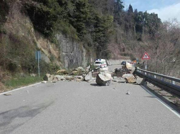 Lago Maggiore, frana sulla statale 34: morto motociclista svizzero