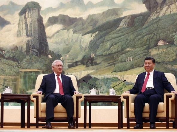 Il presidente cinese  Xi (a destra) con il segretario di Stato Usa  Rex Tillerson