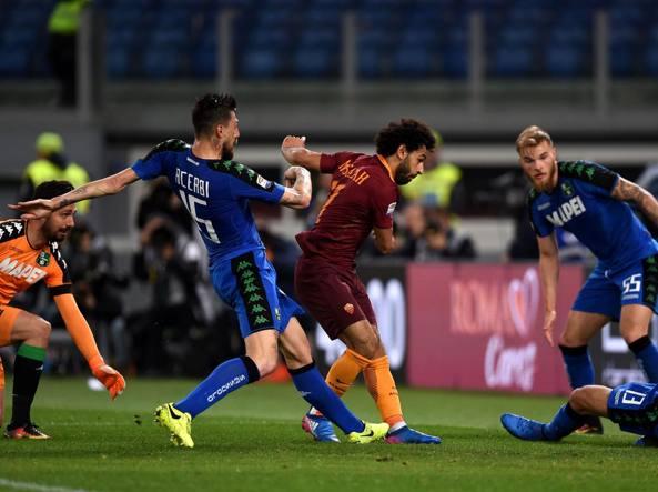 Il gol del 2-1 di Salah, con spinta su Peluso, nel recupero del primo tempo (Afp)