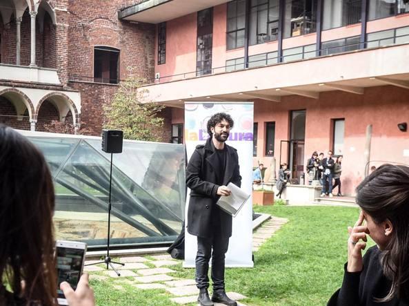 L'attore  Simone Tangolo durante il reading all'Università Statale di Milano per «Percorsi diVersi» (Foto LaPresse, Claudio Furlan)