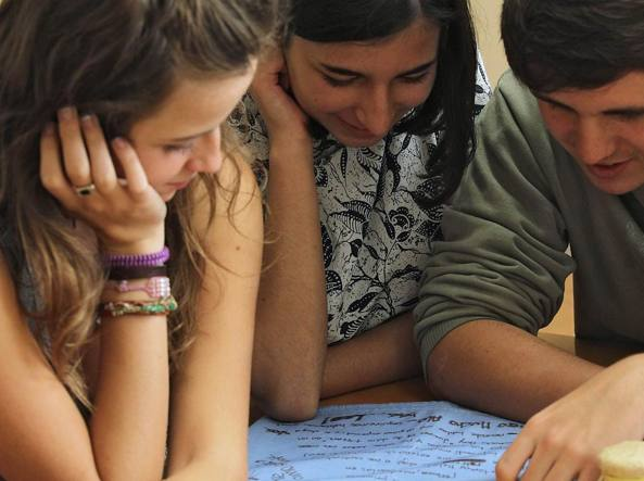 Amici lingua universit gli studenti stranieri danno i - In diversi paesi aiutano gli studenti universitari ...