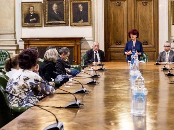 Le famiglie delle ragazze domenica pomeriggio al ministero dell'Istruzione con la ministra Fedeli (Lanutti/Lapresse)