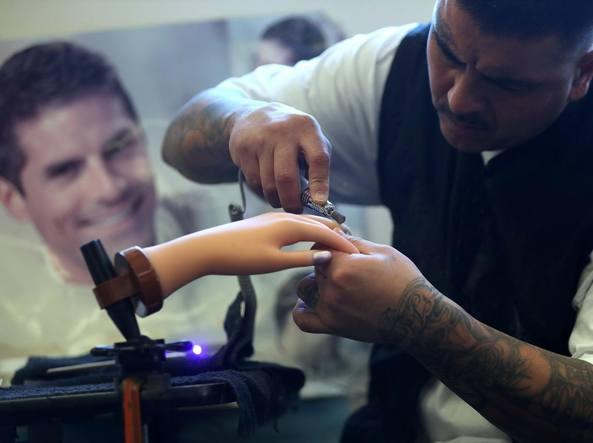 Lezioni di manicure nel carcere di Chowchilla. Il detenuto Michael Espinosa con uno spazzolino per unghie