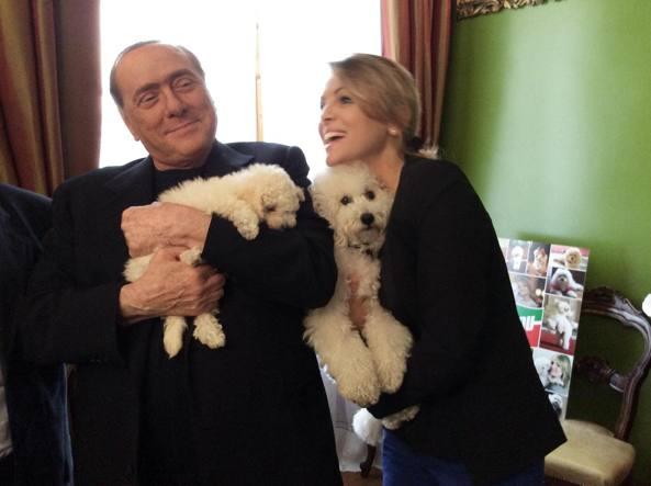 Silvio Berlusconi e Francesca Pascale con Dudù e Dudina (Ansa)