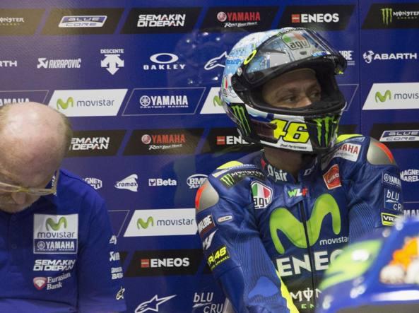 Preoccupato Valentino Rossi ai box durante gli ultimi test di Losail in Qatar (Getty Images/Lazzari)