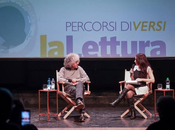 Angelo Branduardi  e Roberta Scorranese sul palco del Teatro Franco Parenti a Milano (Foto LaPresse / Claudio Furlan)