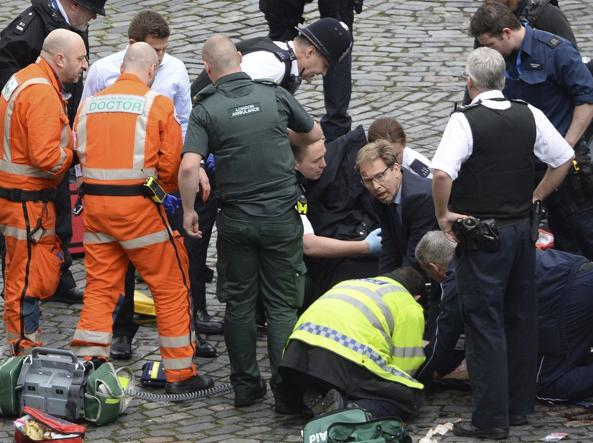 Gb. Attacco terroristico a Londra, presso il parlamento: persone investite, spari