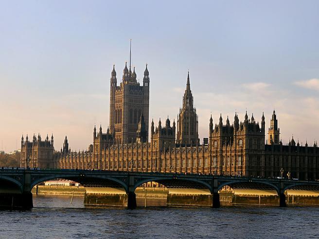 Londra, attacco al Parlamento Ucciso assalitore, quattro morti e molti feriti gravi: «Auto sulla folla»