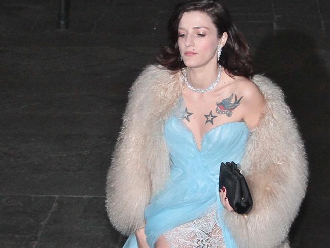 Azzurro, pizzo e spacco (con tatuaggi in mostra). Chi osa di più al party milanese