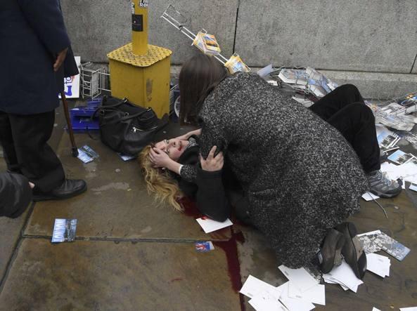 YOUTUBE Attentato Londra, donna si tuffa nel Tamigi al passaggio del Suv