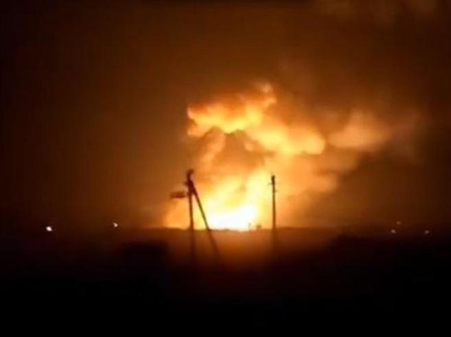 Ucraina, esplode deposito d'armi Ventimila evacuatiLe fiamme:  video