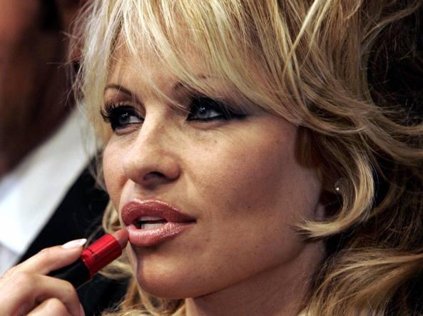 Pamela Anderson nella pubblicità di un rossetto