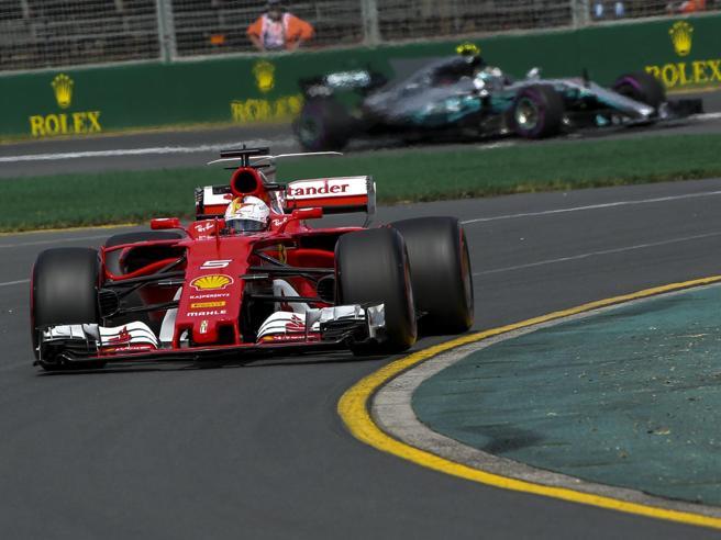 F1, prove libere del Gp d'Australia Mercedes vince il primo duello con Ferrari Hamilton davanti a Vettel, poi Bottas
