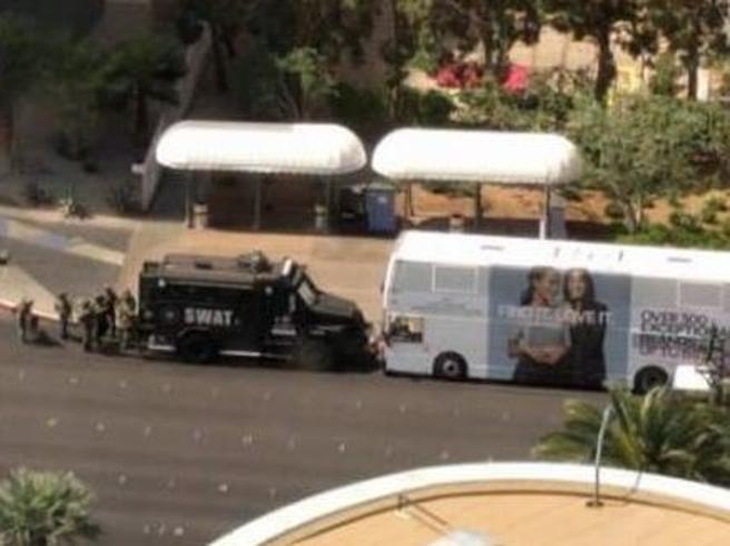 Spari a Las Vegas,  il killer  si rifugia su un bus, poi si arrende: un morto