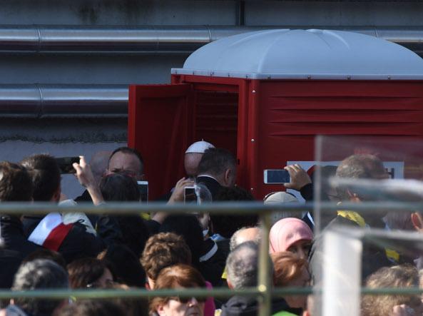 Milano 80 mila a san siro per il papa le foto simbolo - Papa bagno chimico ...