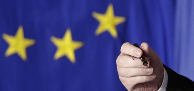 Sui polpastrelli di Juncker l'inchiostro della stessa penna usata 60 anni fa per  firmare i Trattati di Roma (Ap/Tarantino)