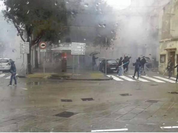 Scontri tra ultrà di Cagliari e Torres: guerriglia in stazione