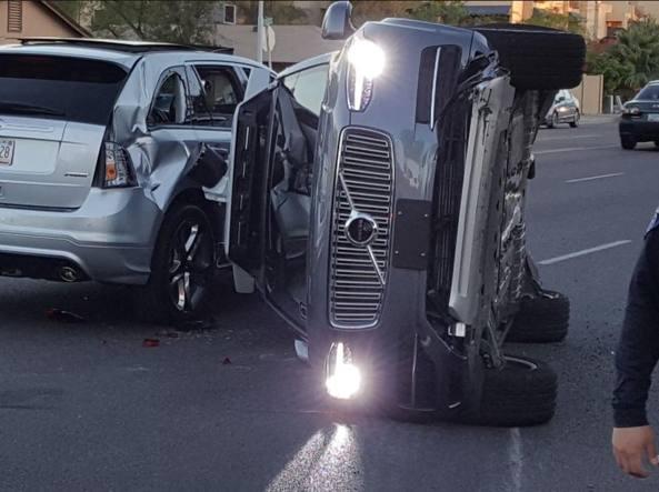 Uber sospende il progetto delle auto senza pilota