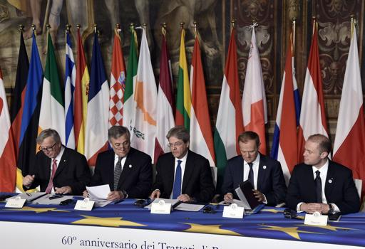 Da sinistra Juncker, Tajani, Gentiloni, Tusk e Muscat a Roma  alla firma  del documento per rilanciare l'Europa