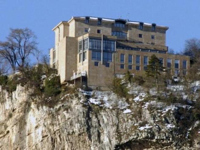 Trento, uccide i figli a martellate e si getta da una roccia|Foto |Video|Ricostruzione