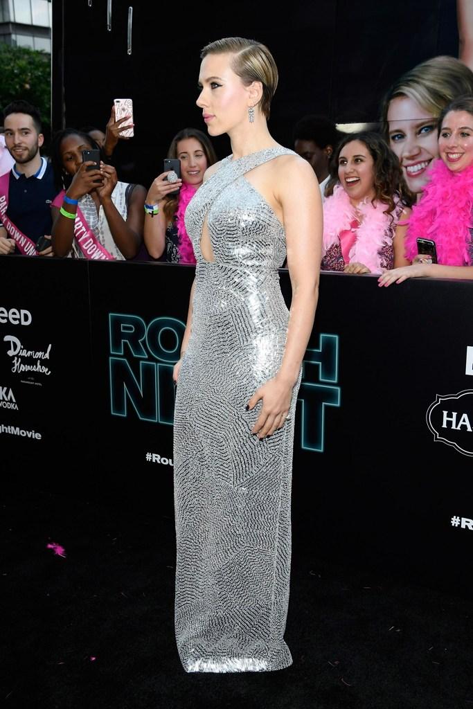 Scarlett johansson abito d argento e tatuaggi in mostra tutti i look della diva - Spettacoli diva futura ...