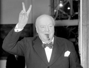 Winston Churchill fa il suo tipico segno della vittoria con due dita della mano il 17 agosto 1954