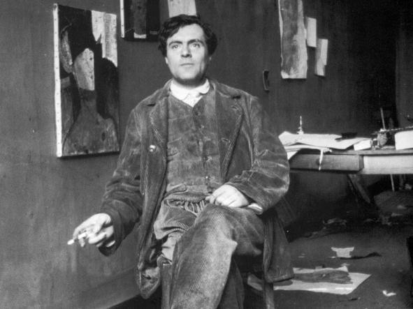 Modigliani in posa nel suo atelier parigino, fotografato nel 1915 da Paul Guillaume