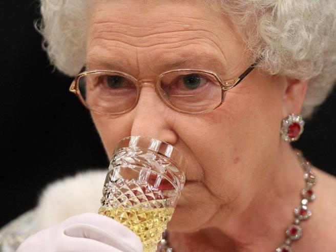 Champagne prima di dormire: 27 cose che non sapete sulla Regina Elisabetta II