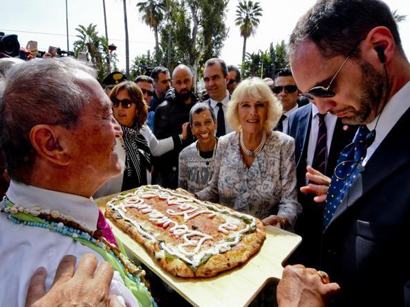 Camilla Parker Bowles a Napoli, visita a Marinella e pizza su lungomare