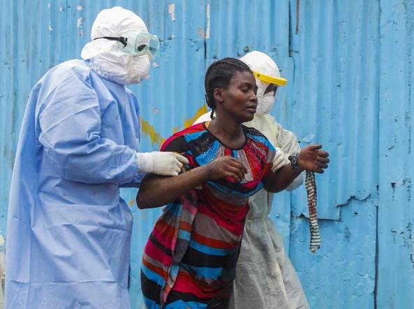 Liberia, 2014, in piena epidemia di Ebola: una donna viene condotta in ospedale per controlli (Epa)