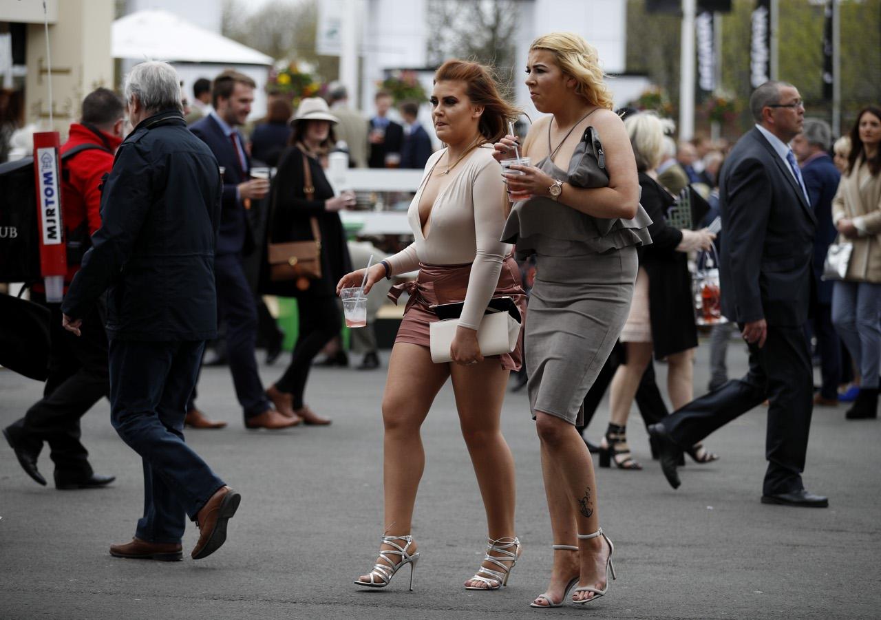 Risultati immagini per http://www.corriere.it/foto-gallery/esteri/17_aprile_06/scollature-tacchi-cappelli-molto-alcol-ad-aintree-corse-cavalli-ed-eccessi-07a8f380-1add-11e7-953e-ab8f663f73c7.shtml