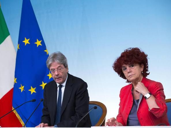 Il presidente del Consiglio Paolo Gentiloni con la ministra dell'Istruzione Valeria Fedeli (Ansa)