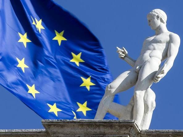 La bandiera dell'Europa all'esterno di Palazzo Senatorio in Campidoglio a Roma (foto Ansa/Angelo Carconi)