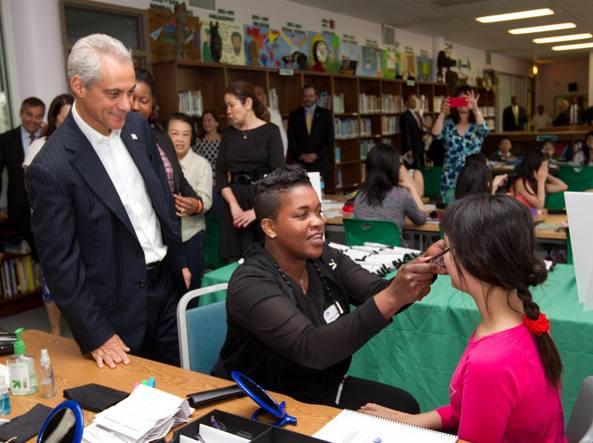 Il sindaco di Chicago Rahm Emanuel in visita a una scuola
