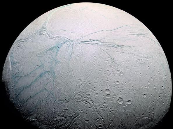 Encelado e le strutture chiamate «Strisce di tigre» (Nasa)