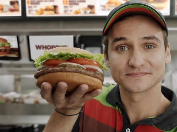 L'assistente di Google descrive il Whopper: spot di Burger King invoglia