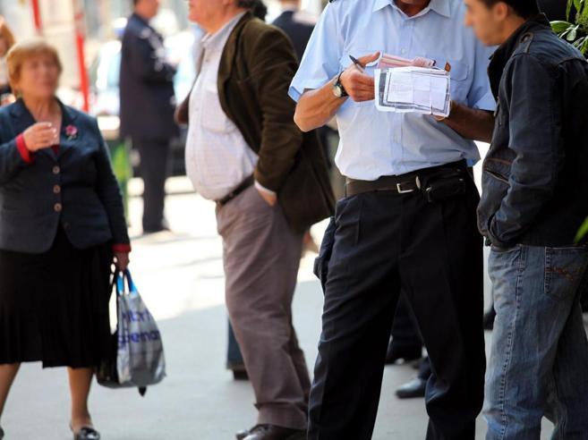 """Stretta sui """"portoghesi"""" del bus, multa fino a 200 euro per chi è senza biglietto"""