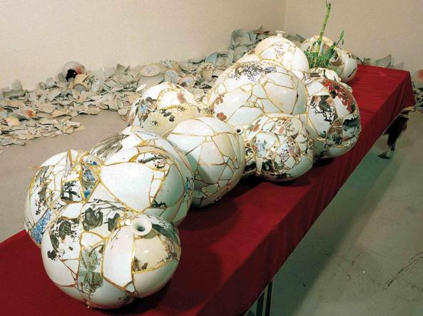 «Translated Vase» (2002) della artista coreana Yee Sookyung: l'opera è realizzata con vasi di ceramica e di porcellana danneggiati uniti con l'ora (courtesy dell'artista)