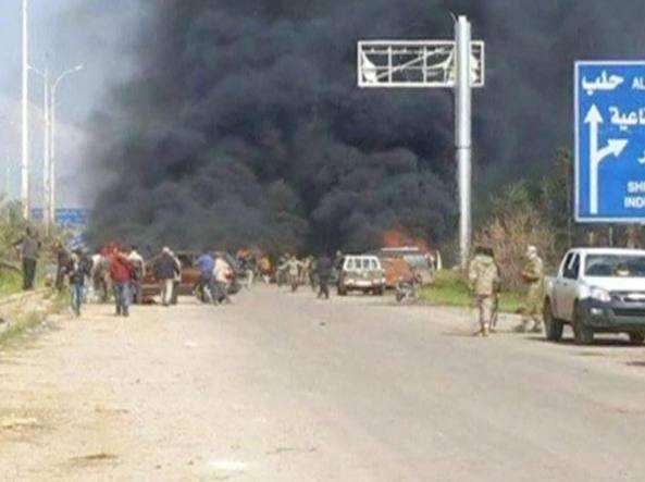 L'esplosione tra i civili evacuati (Reuters)(Afp)