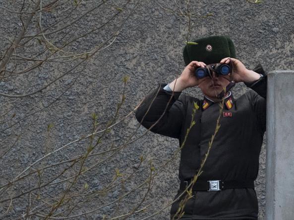 Un militare nordcoreano al confine cinese