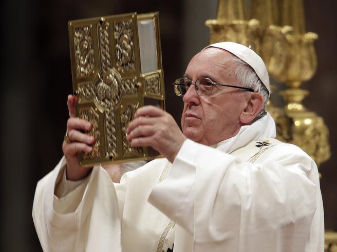 Pasqua, la veglia di Francesco 'Dio ci viene incontro per il tempo della misericordia' Foto