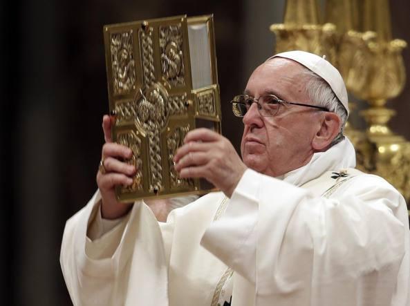 Papa Francesco alla veglia pasquale: corruzione e vana burocrazia crocifiggono la dignità