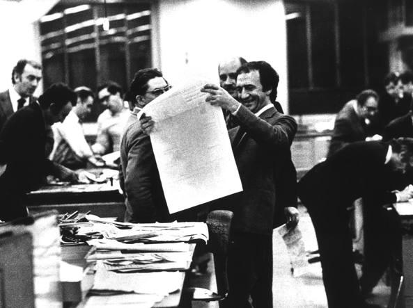 Piero Ottone, al centro, solleva e osserva una pagina del «Corriere della Sera», di cui fu direttore dal 1972 al 1977 (Foto Uliano Lucas)