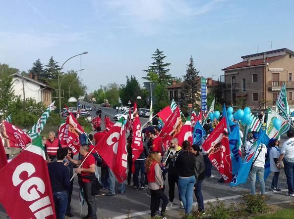 Un momento della manifestazione di protesta dei dipendenti del mega outlet di Serravalle contro l'apertura pasquale decisa dall'azienda (ANSA)