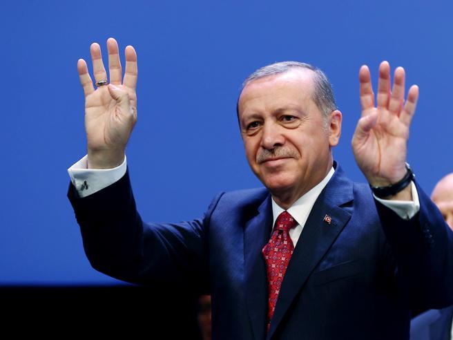 Turchia, voto sui superpoteri Erdogan in netto vantaggio Spari al seggio, 3 morti - Video