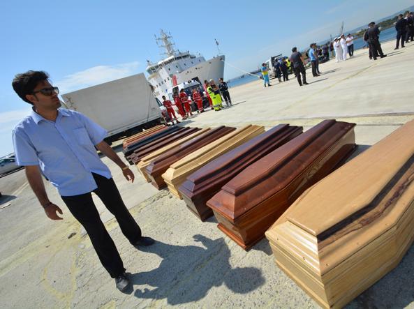 La bare di un gruppo di migranti morti nel porto di Augusta (Siracusa)