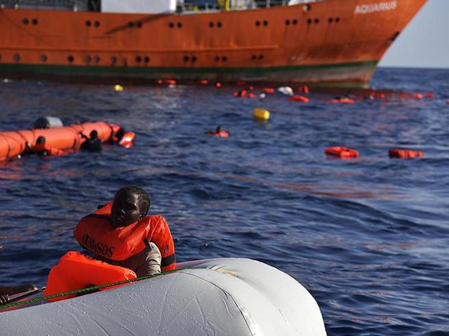 Migranti, 700 nuovi sbarchiMsf: «Hanno segni di torture»20 morti nel Canale di Sicilia