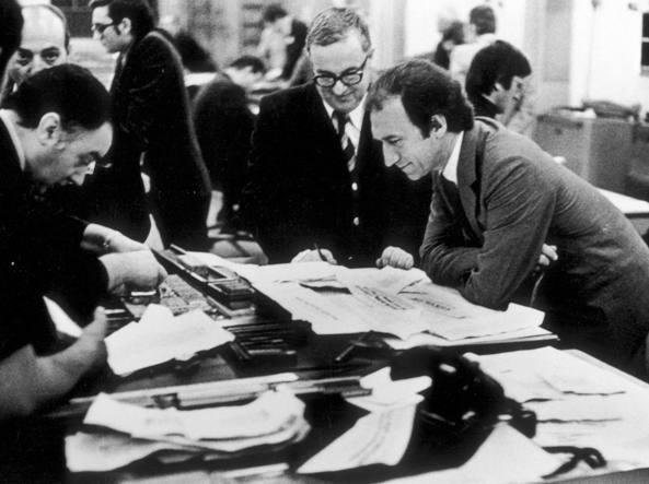Da destra: Piero Ottone, direttore del «Corriere», con il suo vice Franco Di Bella, nella tipografia del giornale di via Solferino