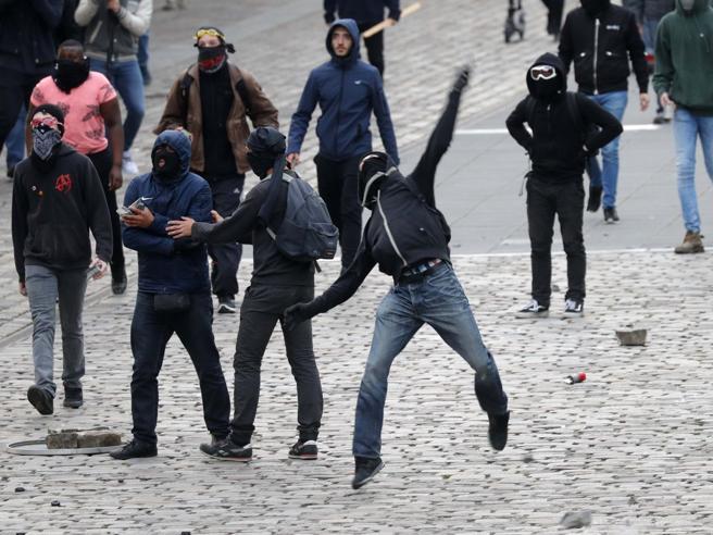 Scontri   al  comizio di Marine Le Pen,  aggredito un deputatoIrruzione sul palco: il video