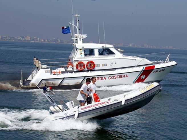 Rimini, barca contro gli scogliper il vento: un morto e tre persone disperse